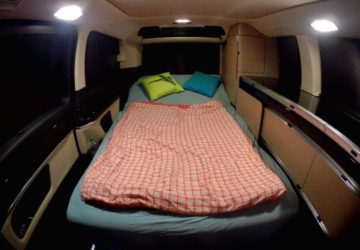 Pohodlné spaní ve spodní části i vrchní nástavbě obytného vozu Marco Polo.